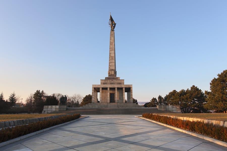 Spomenik Slavin in hrib Slavin (vir: slovakia.com)